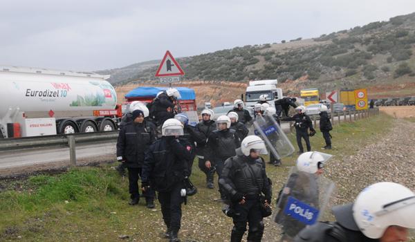 YOLU TRAFİĞE AÇMAYAN GRUBA POLİS VE JANDARMA, BİBER GAZI VE SUYLA MÜDAHALE ETTİ