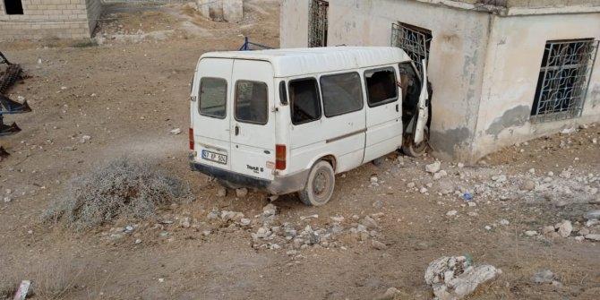 Tarım işçilerini taşıyan minibüs evin duvarına çarptı: 15 yaralı