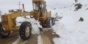 Çağlayancerit'te kar'dan kapanan yollar açılıyor