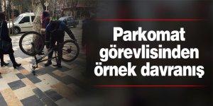 Parkomat görevlisinden örnek davranış