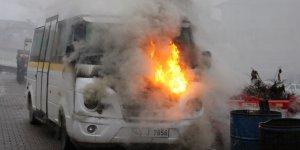 Park halindeki okul taşıtı alev alev yandı