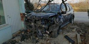 Manisa'da otomobil bekçi kulübesine çarptı: 3 yaralı