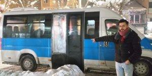Servis minibüsünün camını kırarak 300 TL çaldılar