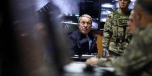 Bakan Akar, TSK'nın komuta kademesiyle Suriye sınırına gitti