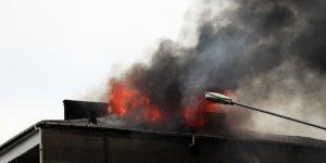 Sakarya'da 4 katlı binanın çatı katı alev alev yandı