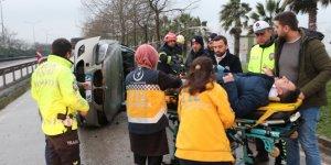 Kocaeli'de lüks otomobil bariyerlere çarptı: 2 yaralı