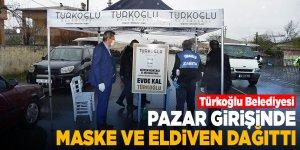 Türkoğlu Belediyesi, pazar girişinde maske ve eldiven dağıttı