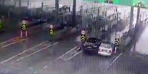 İnatçı sürücülerin gişede sıkıştığı kaza kamerada