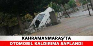 Kahramanmaraş'ta otomobil kaldırıma saplandı