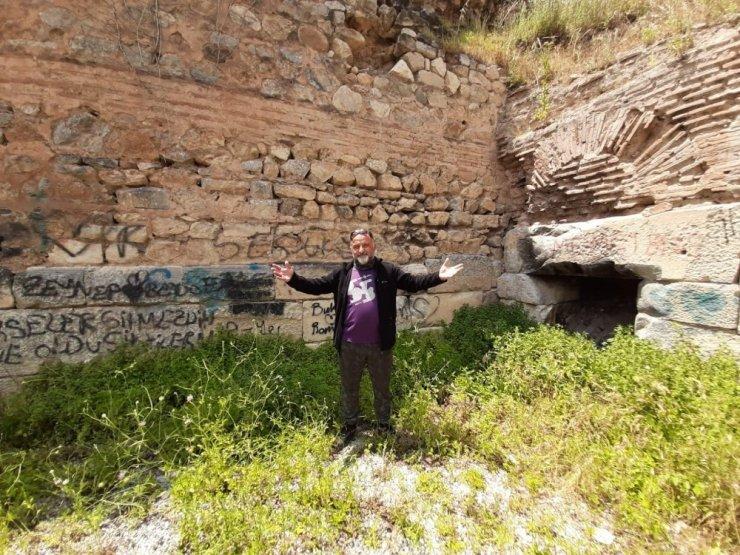 2 Bin yıllık Roma surlarını spreyle boyayıp, yanında ateş yaktılar