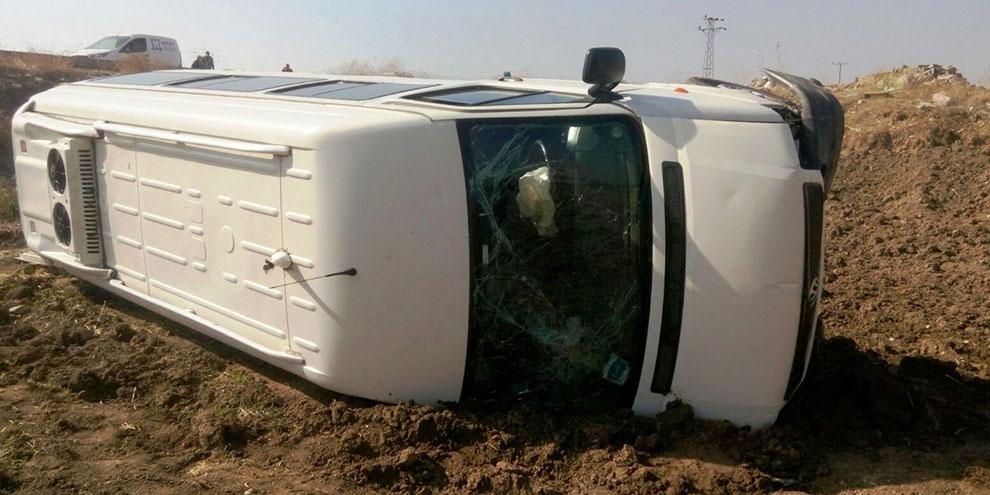 kahramanmaras'ta-minibus-tarlaya-uctu1.jpg