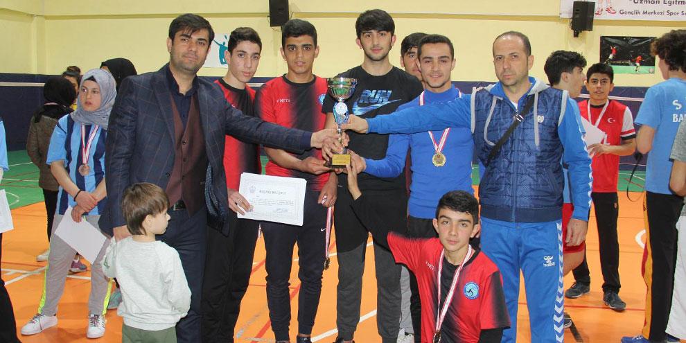 okul-sporlari-badminton-gencler-il-birincileri-kupalarini-aldi.jpg