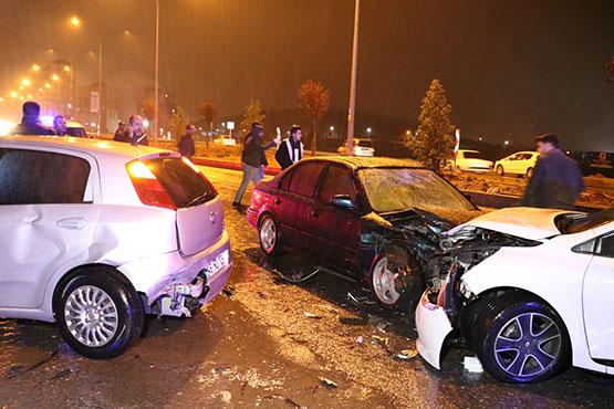 otomobil-kaza-sonrasi-toplanan-kalabaliga-daldi1.jpg