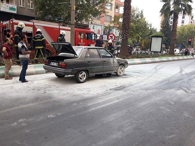 seyir-halindeki-otomobil-alev-alev-yandi2.jpg
