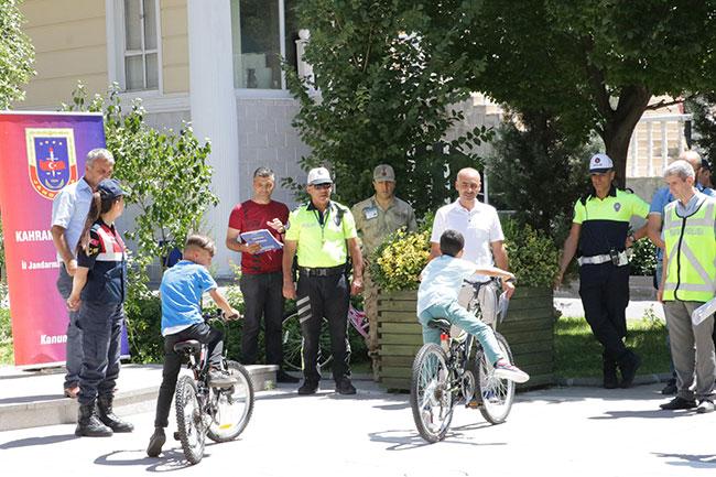 trafikte-ebeveynlerine-not-verdiler-bisiklet-kazandilar1.jpg