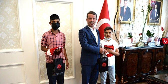 turkoglunun-turk-bayragi-sevdalisi-gencleri.jpg