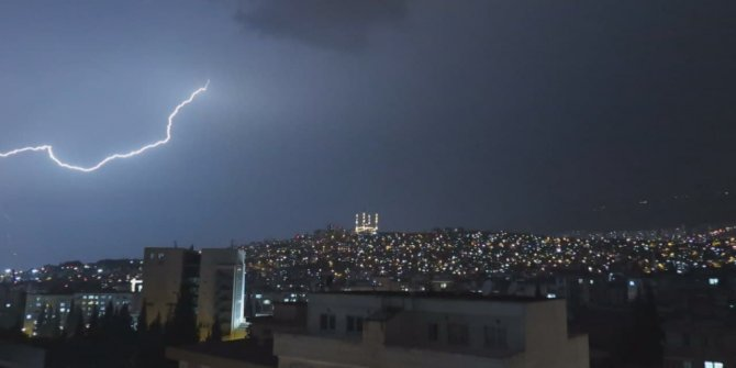 Kahramanmaraş'ta şimşekler gökyüzünü aydınlattı