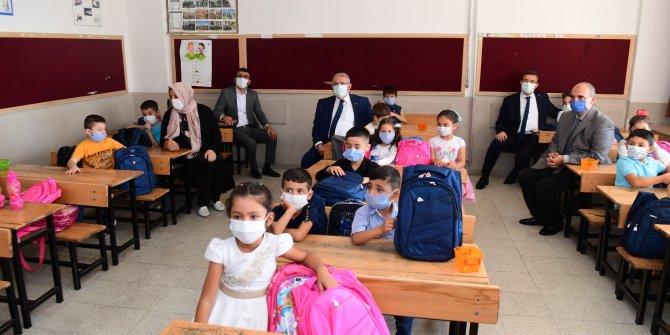 Başkan Mahçiçek, 1. sınıf öğrencilerine çanta ve kırtasiye seti hediye etti