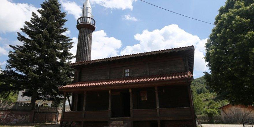 Çivi çakılmadan yapılan tarihi cami 136 yıldır ibadete açık