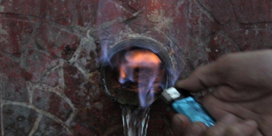 Görenler gözlerine inanamıyor...Bu çeşmenin suyu alev alev yanıyor